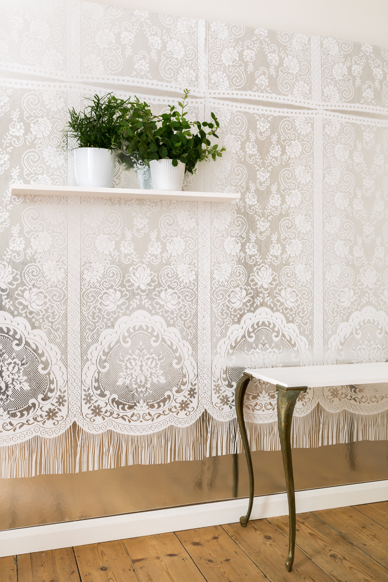 PARIS LACE - Tracy Kendall Wallpaper (photo - Ollie Harrop)